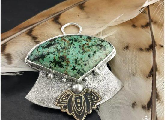 Eliz'art, bijoux vibratoires en argent 925 et pierres fines, lithothérapie. Pendentif en turquoise africaine, argent 925 recyclé et laiton gravé
