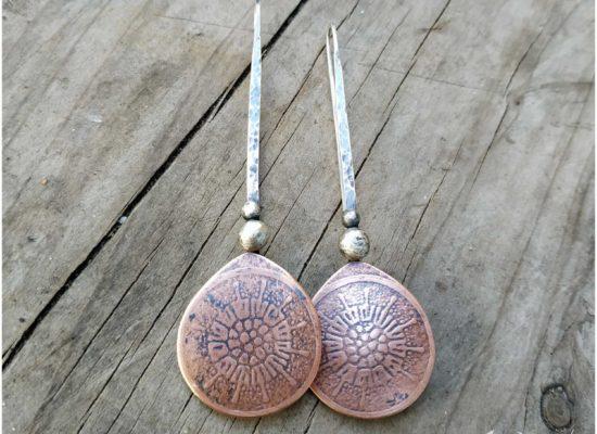 Eliz'art, bijoux contemporains et vibratoires. Boucles d'oreilles bohèmes en cuivre gravé et argent 925 recyclé
