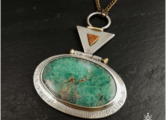 Eliz'art, bijoux vibratoires en argent 925 et pierres fines, lithothérapie. Pendentif en chrysoprase, argent 925 recyclé et laiton gravé